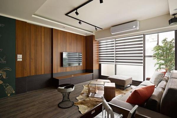 以木板为电视背景墙,底部配上咖色电视柜,做到与地板的无缝连接,整体