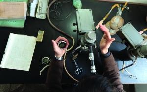 唐子培在化验测定水中的水氡、水汞含量