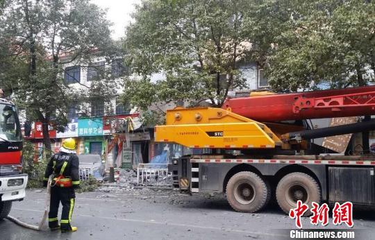 26日下午14时18分,江西省萍乡市安源区新学前巷27号一栋六层屋宇的4、5、六层发作局部坍塌。 钟新 摄