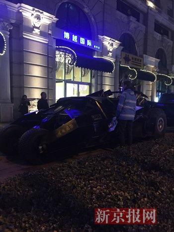 """今晚19时30分许,金宝街一车行门前停放一辆""""蝙蝠车""""。新京报记者 李馨 摄"""