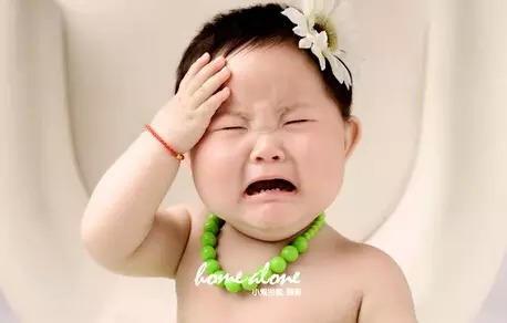 太a王者了,王者瞬间止哭新妙法!宝宝玩表情包的搞笑图片