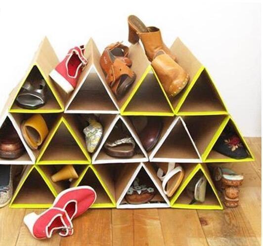 这个教程十分简单而且实用,手工鞋架的材料就只有纸箱板、胶水、美工刀和胶布,但是最后的收纳效果却十分让人惊艳,如上面的成品图。 整个鞋架由一些大小相同的三棱柱构成,三棱柱的尺寸取决于鞋子的大小,示范中最大的鞋子是7码的,因此三棱柱的边长我用7英寸,大概18厘米,棱长24英寸,大概60厘米。你可以根据自己的情况对这些尺寸加以调整。 制作流程: