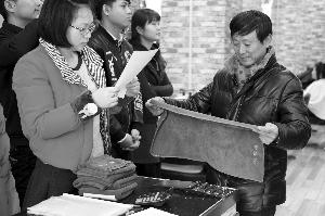 作业人员在南京一家剃头店里抽检毛巾 当代快报记者 徐洋 摄