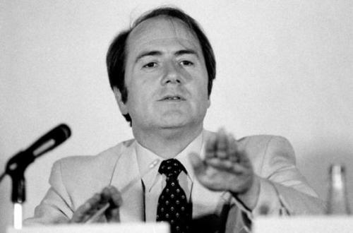 """从1975年开端,布拉特为世界足联事情40年,将国际足球的开展晋升到新的高度。作为近20年国际足坛最有权利的人,布拉特必定是一位""""争议人物""""。"""