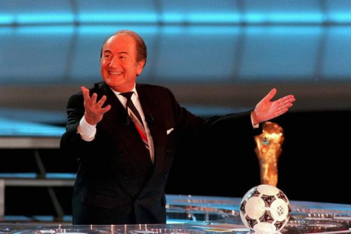 1997年,年老的阿维兰热宣辞职休。阿维兰热十分支援布拉特继任,屡次在公共场所示意看好。1998年,布拉特打败欧足联主席约翰松,正式敞开了足坛生活。
