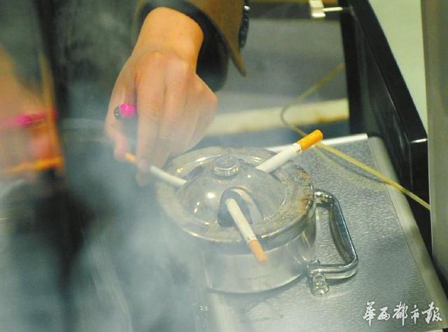 中国测试技术研究院室内环境监测站实验室工作人员正在进行实验。