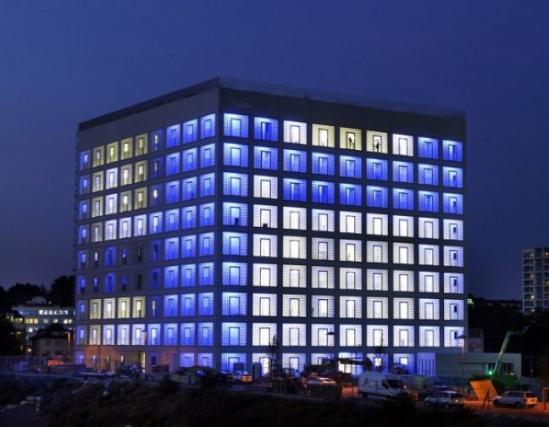 """位于德国西南部富足的文艺城市斯图加特 ,多年前举行了一场""""斯图加特市立图书馆""""(Stuttgart City Library)的设计竞赛,韩国设计师Eun Young Yi的作品在其中脱颖而出。耗费多年时间的建设,这所备受媒体赞誉的图书馆终于落成,于10月起开放使用。"""