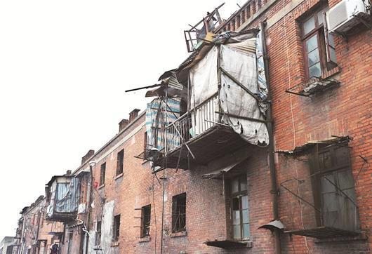 前日,楚天都市报记者在武昌中山路看到,两间竹板作底的小屋,悬空挂在图片