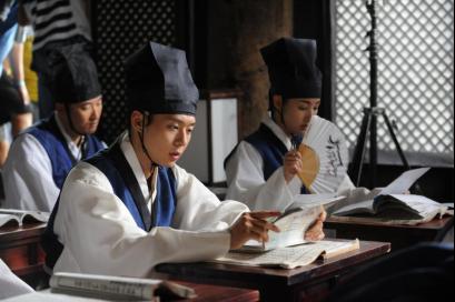 """该剧是韩国KBS电视台于2010年8月30日起播出的古装剧,被称为韩国版的""""梁山伯与祝英台"""",讲述了一段朝鲜时代校园热血青春男女之间的友情与爱情故事。该剧创下2010年KBS海外出口最高纪录 。"""