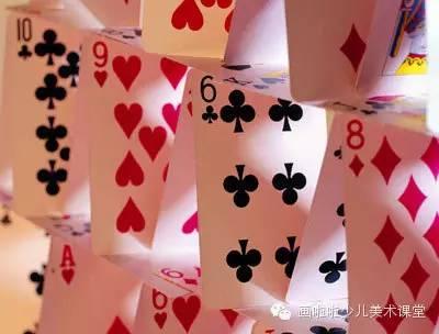 方法2:朝 三个方向先铺扑克牌,然后中间搭塔,再用三个扑克做的支架图片
