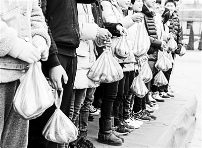 """新华社电(记者 王俊禄)有说法称,孔子设坛讲学,门生敬之以""""束修"""",那是十条干肉。浙江温岭一中学的开学仪式也用到了肉,相同的是,这些肉是黉舍嘉奖给45名优异学生的""""奖学金"""",黉舍称是为了让家人共享孩儿的高兴。"""