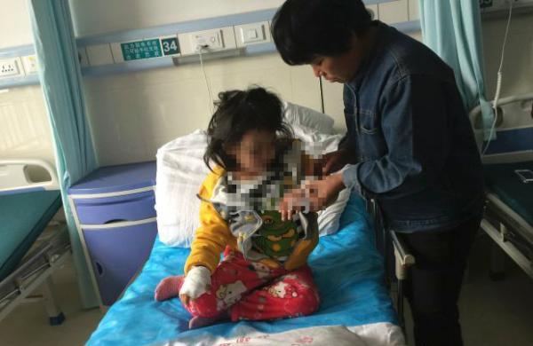 受伤的女童。安徽网 图