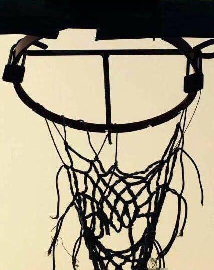 上锁的篮筐和篮球场