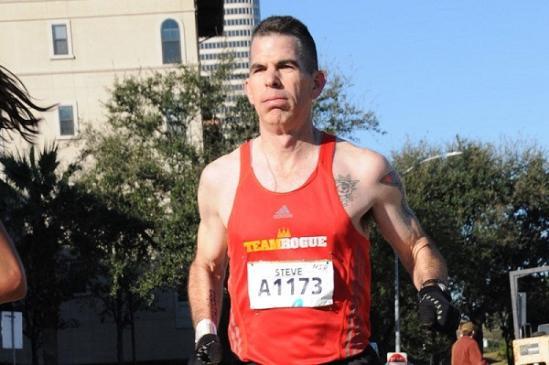 """北京时间2月28日,前不久举行的奥斯汀马拉松赛上,跑步爱好者史蒂夫-切斯组织了一项名为""""史蒂夫慈善""""的活动。切斯表示,每一人参与活动,就可以给德克萨斯州的非营利性组织捐助2.6美元(约合17元人民币)的善款,这个组织致力于帮助那些需要赡养的老年人。为了慈善事业,他愿意坚持下去。"""