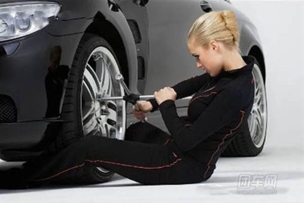 女高速紧身衣在司机快速道上淡定修车吓坏交视频流看免图片