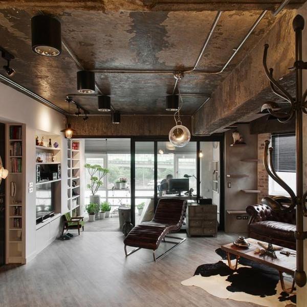 客厅斑驳真实的吊顶搭配工业风十足的巨型筒灯,金属电线管,整个生动的图片