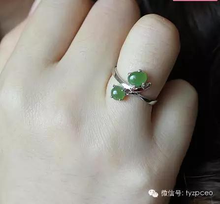 戒指佩戴在男性右手,女性左手的——大拇指烂桃花,食指烂桃花,中指已图片