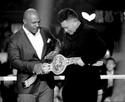 泰森赠送施建祥拳王金腰带。
