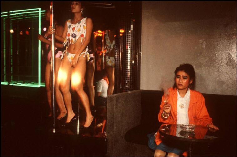 這組拍于1990年的照片,真實反映了當時曼谷紅燈區patpong街的情況.圖片