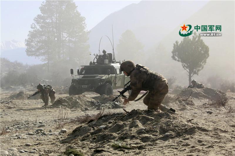 2月26日,驻藏某旅在雪山峡谷组织攻防战斗演练,锤炼部队打仗能力。兰国洪摄