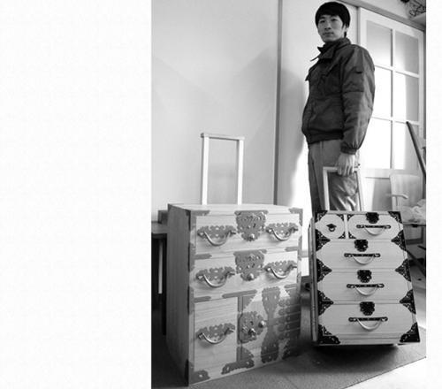 日本《朝日新闻》28日报道称,福井县越前市一家衣柜工厂最近开发出一款安装了滚轮、可拖着移动的衣柜式行李箱。这款衣柜式行李箱十分适合携带和服等日式传统服饰,还可以带进机舱。