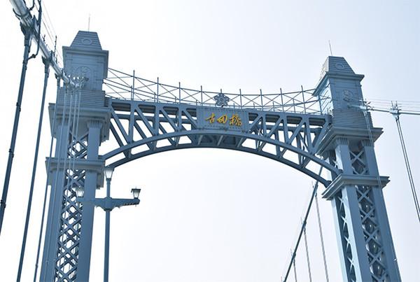 眼前会突然一亮,一座淡普鲁士蓝外衣的欧式风格的大桥,会一下子闯入图片