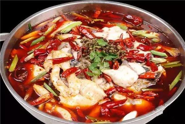 材料:草鱼,火锅底料,郫县豆瓣,泡辣椒,泡姜,干辣椒,豆豉末,姜颗,泡