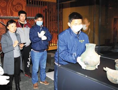 2月28日,首都博物馆,工作人员向首博汉氏展柜中布展青铜器。本版图片/首都博物馆