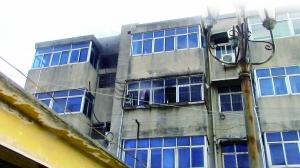着火的屋子位于住民楼3楼,其时7岁的小女人跑到厨房阳台呼救(画圈处)