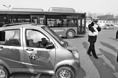 州警方加大对老年代步车等重点车辆的交通违法行为的治理
