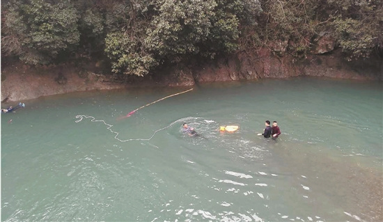 三人正在协力救人。