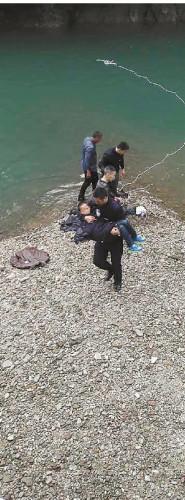 男孩被救登陆。片由警方供给