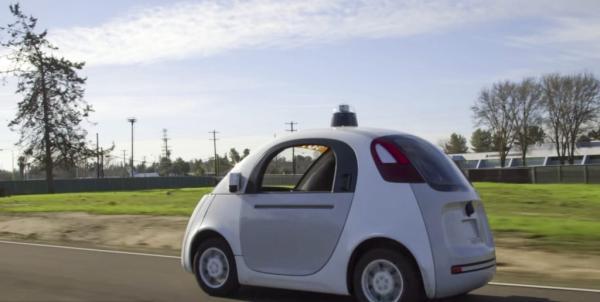 当地时间2015年6月26日,美国加州山景城,谷歌于该公司硅谷总部附近的公共街道上对最新款无人驾驶汽车投放测试。 东方IC 资料