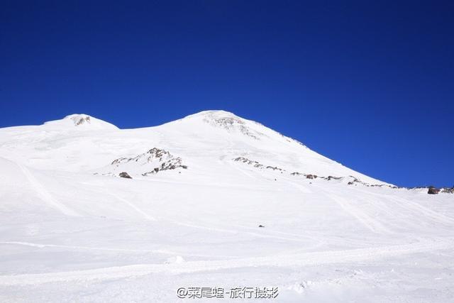 在登上厄尔布鲁士峰之前,在山脚下的旅馆上住了一晚,两边群山环抱的森林雪山小镇,在这里调整了一下,美美睡了一个晚上,第二天起来是个大蓝天,看来要好好挑战一下自己,滑雪,或者登山,当然还有拍照,都是让人期待!
