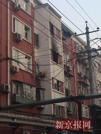北京一小区起火致1死 女子站在5楼空调外机获救