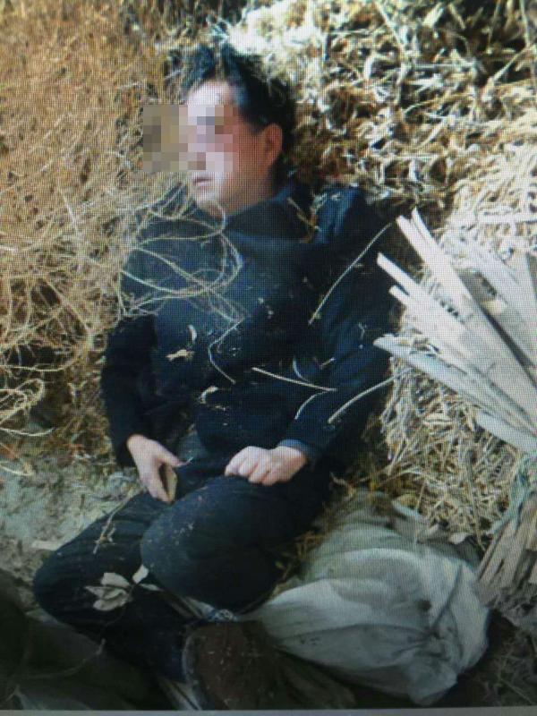 网上流传的汤某良肇事后躺在猪圈里的照片。