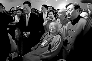 """昨天,台湾佛光山星云大师捐赠的北齐释迦牟尼造像佛首(右图)亮相国家博物馆。""""佛光菜根谭――星云书法展""""也同时开幕,共展出星云大师书法作品300件。90岁高龄的星云大师(上图),亲自护送流失20载的国宝佛首回归。北京晨报记者 李木易/摄"""