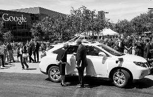 图为google无人驾御汽车与大众汽车发作细微磕碰事变后,有关职员在现场处理。