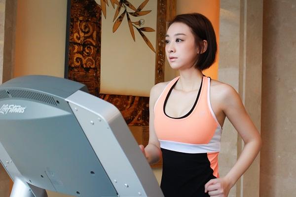 搜狐娱乐讯 昨日,穆婷婷发微博晒出一组自己在跑步机上跑步的照片.