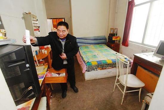 王师傅一家三口平时住在工房里 本报记者 代泽均摄