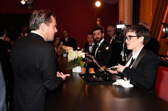 在奥斯卡颁奖礼后的派对上,小李亲眼见证自己的名字被镌刻在小金人上。