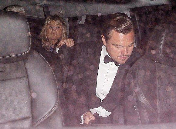 典礼后,小李被目睹和他的母亲出现在同一辆出租车上,她之前是小李的红毯女伴。