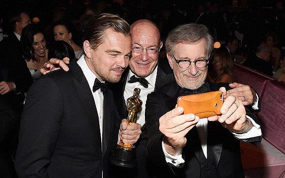 小李和导演斯皮尔伯格和制片人阿尔农・米尔肯自拍。