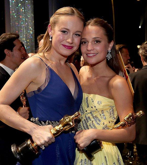 大赢家:布里和艾丽西卡・维坎德在颁奖典礼后相拥合照(图片来源:网络)