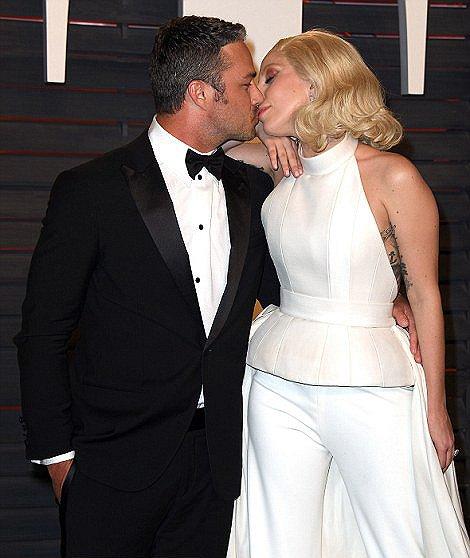 Lady Gaga和未婚夫热吻秀恩爱(图片来源:网络)