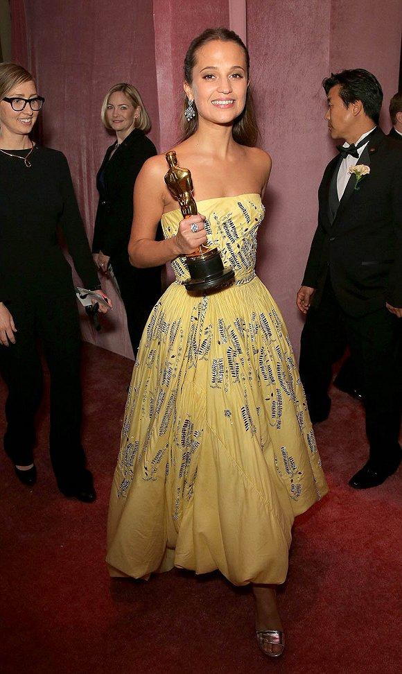 稚嫩的黄色:艾丽西卡・维坎德一晚上都紧握着她的奖杯