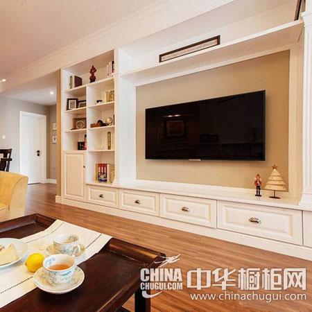 轻美式电视背景墙区域,设计师打造了一个整体壁柜,中间的区域用以图片