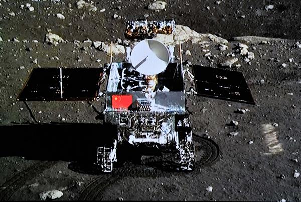 """播画面上显示的嫦娥三号着陆器上的相机拍摄的""""玉兔""""号月球车."""