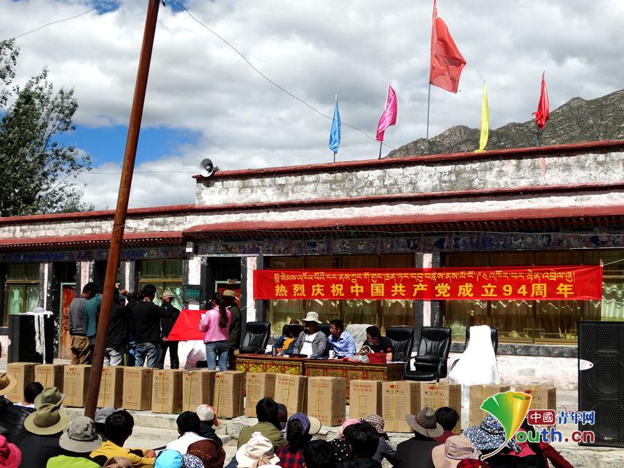 在七一建党节时,德吉央宗安排群众参加庆贺流动。德吉央宗供图