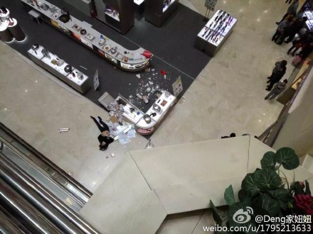 汇金百货一女子跳楼,砸中底楼柜台。